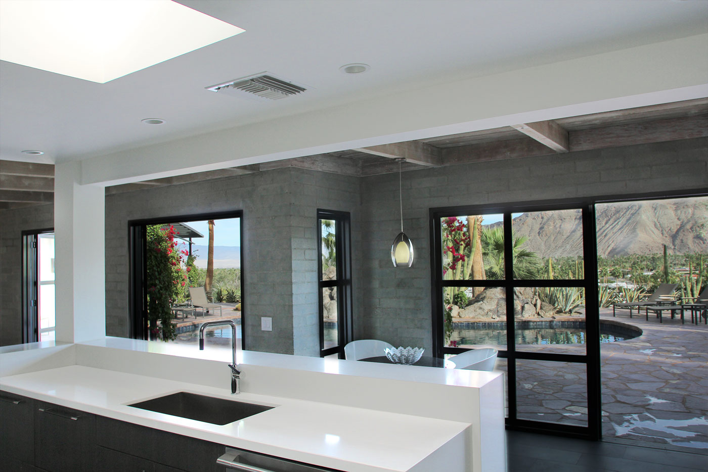 07 Kitchen+with+breakfast+nook+and+views+of+oasis+pool+and+Palm+Springs+valley